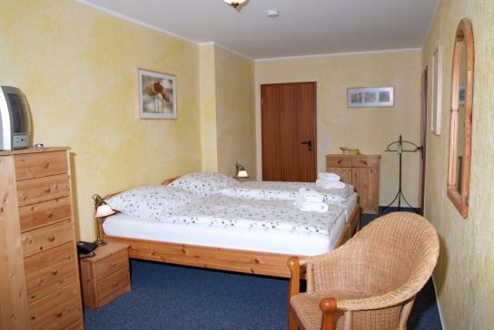 Ein Doppelzimmer mit Blick zur Eingangszimmertür