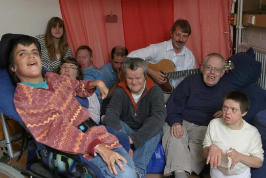 eine Gruppe singt mit Gitarrenbegleitung