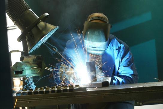 Schweißarbeiten in der Werkstatt für Metallbearbeitung