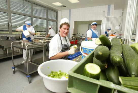 Mitarbeiter bereiten das Salatbuffet täglich frisch zu