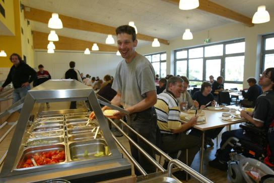Gäste bedienen sich gern am Salatbuffet der Kantine