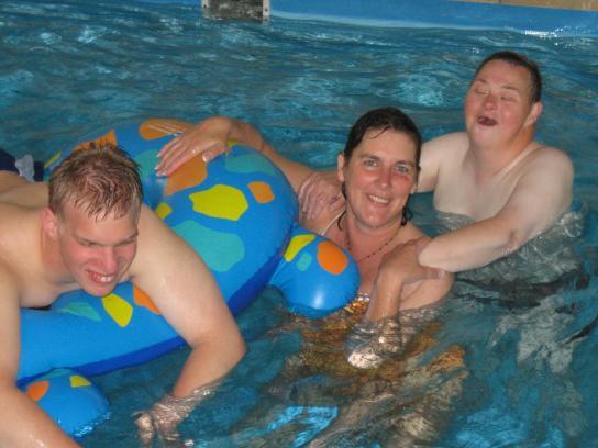 3 Bewohner im Schwimmbad