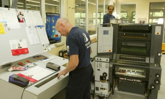 Ein Mitarbeiter arbeitet an einer Maschine