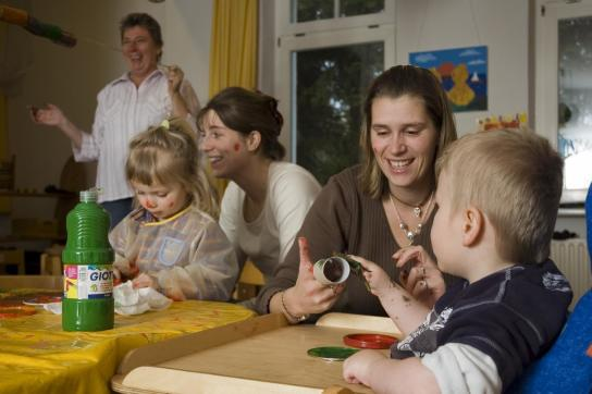 Mütter und Kinder malen und basteln mit Fingerfarbe