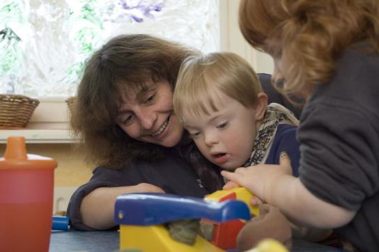 Zwei Kinder spielen mit Knete