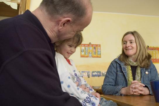 Eine Erzieherin berät einen Vater mit seiner Tochter
