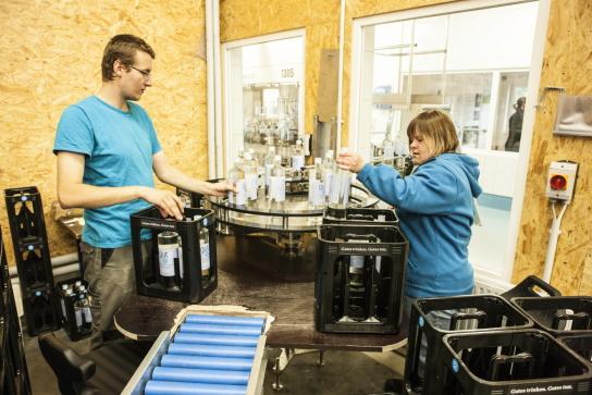 Mitarbeitende im Abfüllhaus von gut2. Auch hier gibt es immer viel zu tun. Das gut2 Quellwasser ist eine Eigenmarke der Hohenwestedter Werkstatt und wird in Nindorf abgefüllt.