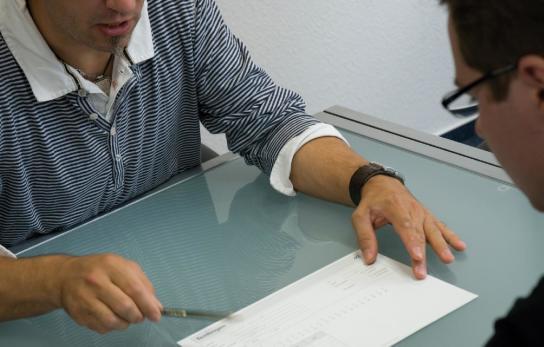 Zwei Personen besprechen einen Konzentrationstest