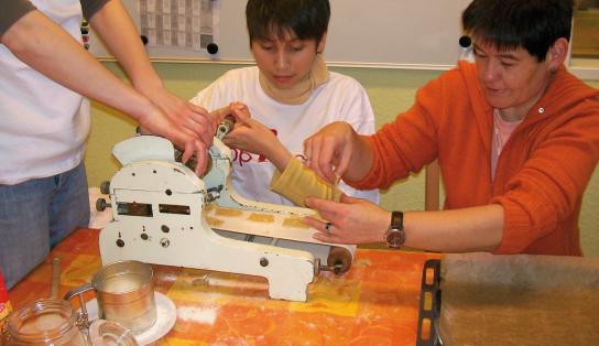 Teilnehmer stechen Kekse aus