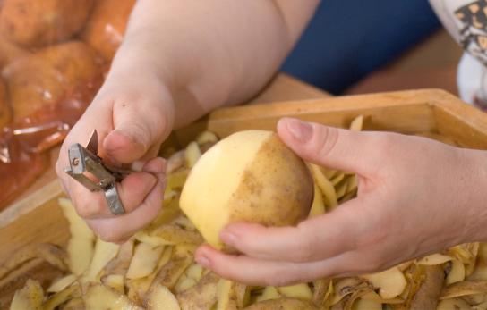 Eine Bewohnerin beim Kartoffelschälen
