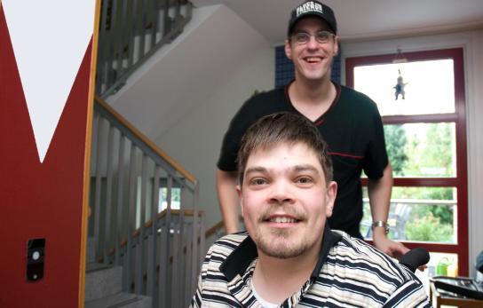 Zwei Bewohner lächeln in die Kamera