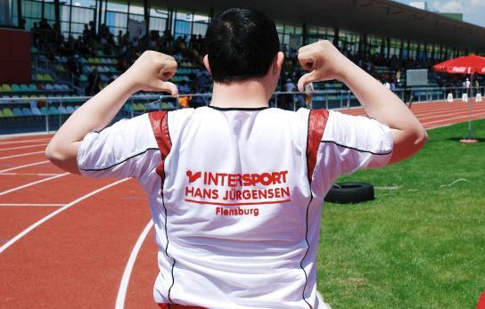 Ein Sportler zeigt seine Rücken