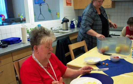 Teilnehmer der UHU-Gruppe bei der Küchenarbeit