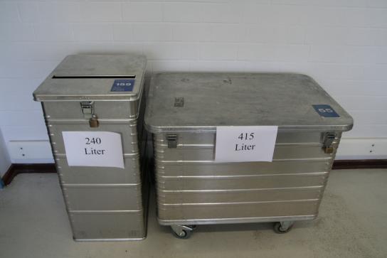 Die abschließbare Sicherheitsbehälter gibt es in 2 Größen. Links im Bild 240 Liter-Behälter vergleichbar mit einer Mülltonne und Rechts im Bild 415 Liter-Behälter vergleichbar mit der Größe einer Europalette. Alle Behälter sind einzeln Nummeriert