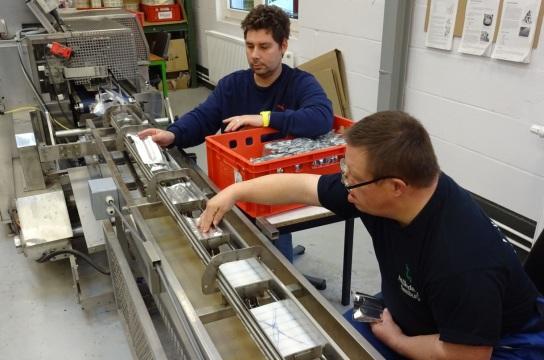 Bild Zwei Mitarbeiter an der vertikalen Schlauchbe