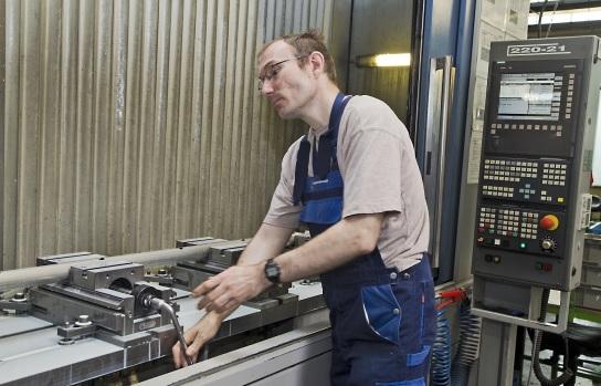 Bild Ein Mitarbeiter an einem Bearbeitungscenter