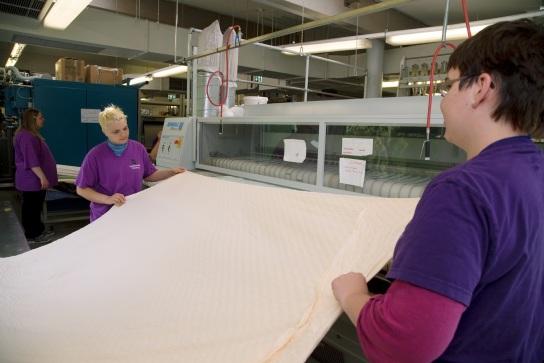 Bild Mitarbeiterinnen mit Handicap geben Wäschest