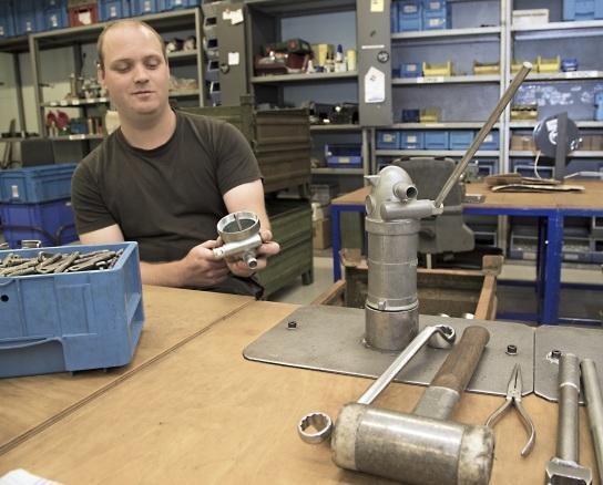 Bild Ein Mitarbeiter mit Handicap in der Pumpenmon
