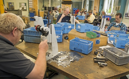 Bild Ein Mitarbeiter mit Handicap arbeitet an eine