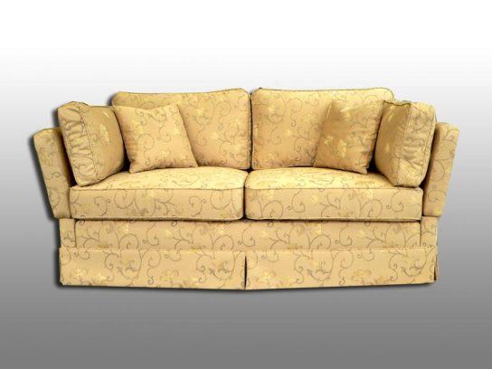 Sofa mit losen Kissen und Volant. Möbelstoff von König & Kritzmann.