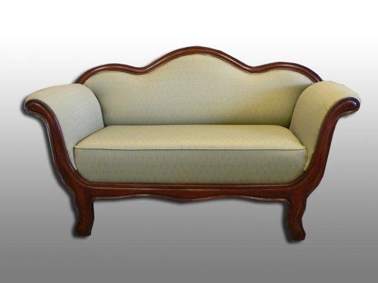 Klassisches Stubensofa. Grüner Möbelstoff von Kirkby House.