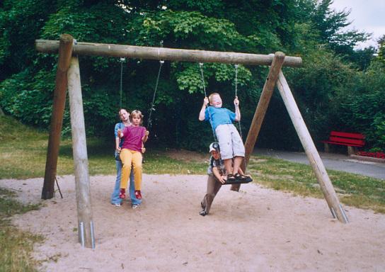 4 Kinder spielen mit einer Schaukel