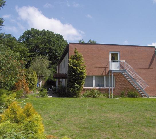 Gebäude mit Rasenfläche im Vordergrund