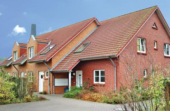 Modernes rotes Mehrfamilienhaus