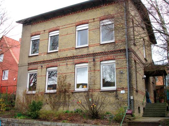 2stöckiges graubraunes hHaus mit 8 Fenstern