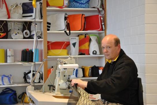 Beschäftigter aus dem Textilbereich näht eine Ta