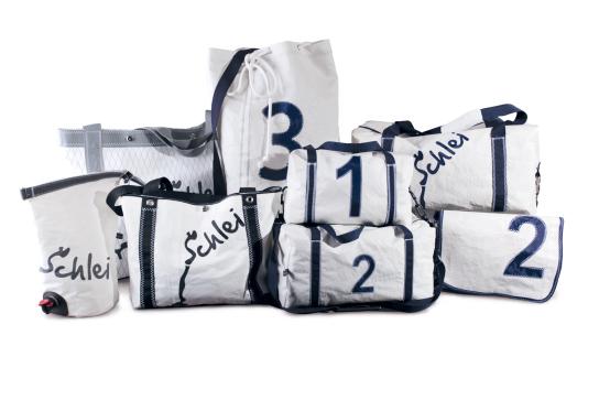 Segeltaschen, die zu einer Gruppe drapiert sind