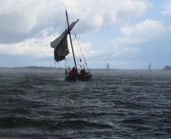 Wikingerschiff Sigyn bei Wind und Welle unter Sege