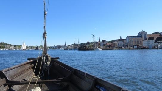 Bug des Wikingerschiffes Sigyn  auf azurblauer Fle