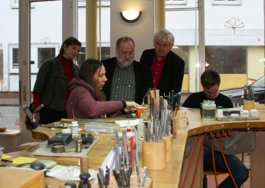 Interessiert ließen sich Wolfgang Baasch (2.v.l.), Bernd Heinemann (3.v.l.) und Katja Feistel (l.) die Arbeit in der Schmuckschmiede erläutern.