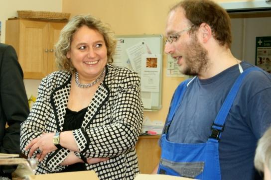 Die Werkstattführung nutzen viele Klienten, um mit der Politikerin ins Gespräch zu kommen.