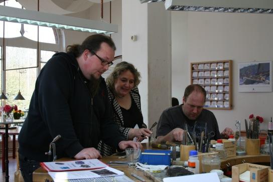 Interessiert ließ sich Kerstin Tack die Arbeit in der Schmuckschmiede erläutern.