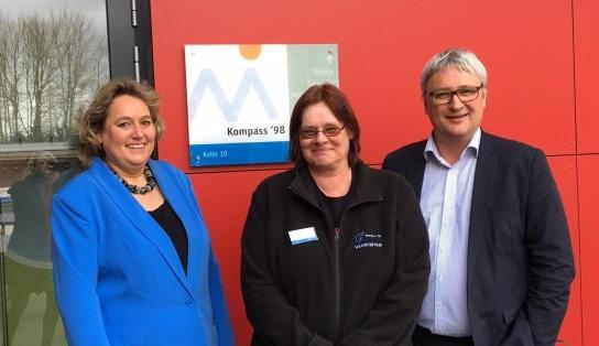 Werkstatträtin Anja Hansen (Mitte) hatte die Politiker Kerstin Tack (links) und Sönke Rix (rechts) eingeladen, um ihnen zu zeigen, wie wichtig die Unterstützung in den Werkstätten Materialhof für Menschen mit psychischen Erkrankungen ist.
