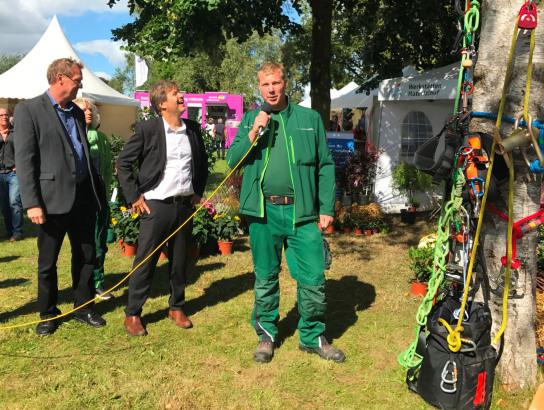 Minister Habeck am Stand des Garten-Teams der Werk
