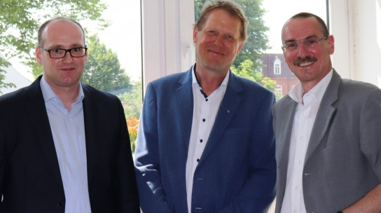 Probst Krüger (r.)  zusammen mit Pastor Dr. Holtmann (l.) und Einrichtungsleiter Norbert Eggers