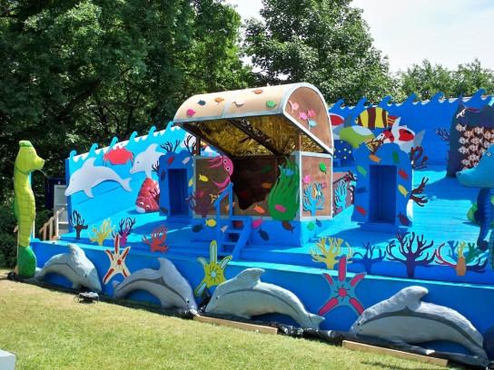 Mit bunten Fischen dekorierte Bühne auf der Krusenkoppel in Kiel