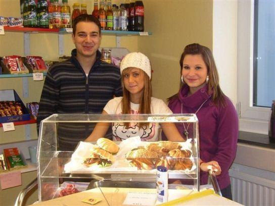 Teilnehmer der BvB im Kiosk am Standort Reinbek
