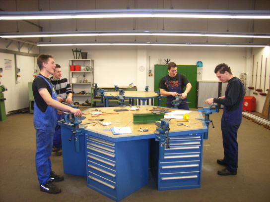 Teamwork im Berufsfeld Metallbearbeitung der BvB
