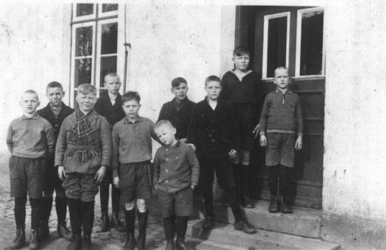 Jungen vor dem Eingang des Gebäudes