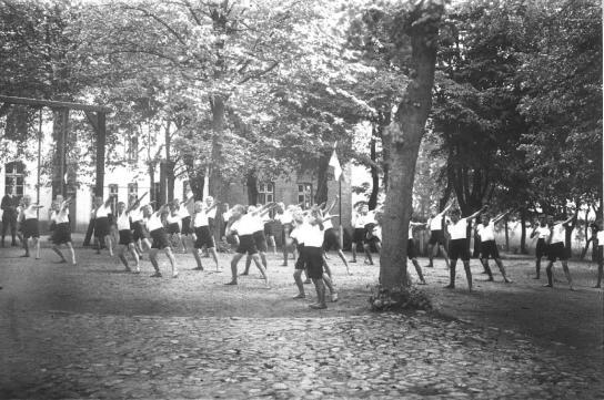 Jugendliche bei sportlichen Übungen