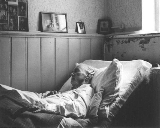Alte Dame im Bett