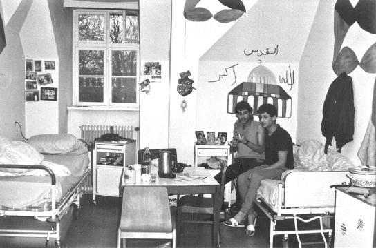 Asylbewerber in ihrem Zimmer