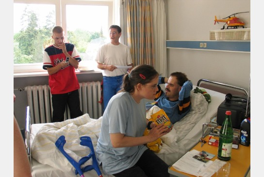 Bewohner besuchen ein Mitbewohner am Krankenbett im Krankenhaus.