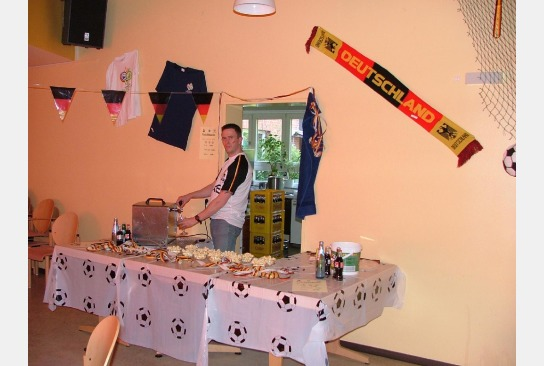 Ein Mitarbeiter gibt Getränke bei der Fußball-WM aus.