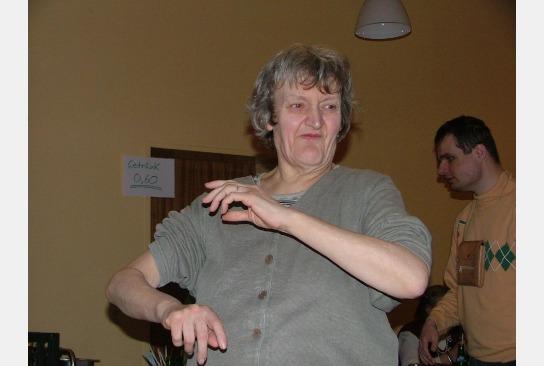 Eine Bewohnerin beim Tanzen.