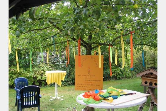 Der festlich dekorierte Garten des Hauses Bickbüschen ohne die Bewohnerin hinter dem Stehtisch